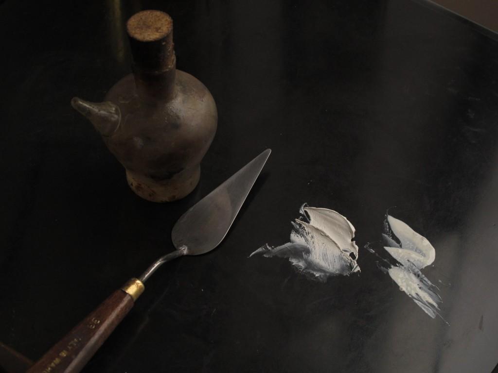 Tillsätt ett par droppar linolja till det vattenburna pigmentet.